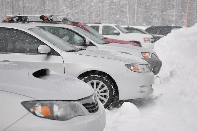 冬の車中泊に必要なグッズは?窓の冷気やエンジンはどうする?